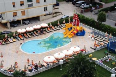 Aree gioco all 39 aperto per villaggi e parchi acquatici - Hotel bibione con piscina ...